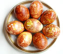 Decorate Your Easter Eggs Using Organic Matter… Onion Skins!